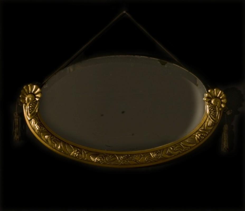 miroir oval biseaut dans son cadre en bois dor sculpt et ses pompons d 39 origines objet de. Black Bedroom Furniture Sets. Home Design Ideas