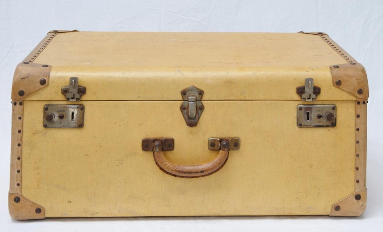 petite valise jaune objet ancien objet vintage et authentique. Black Bedroom Furniture Sets. Home Design Ideas