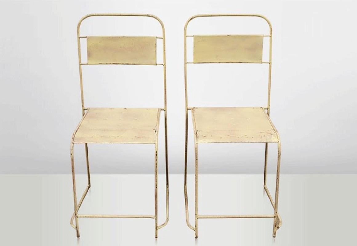 chaises de cantine encastrables en vieux m tal couleur blanc cr me vendues par lot de 4. Black Bedroom Furniture Sets. Home Design Ideas