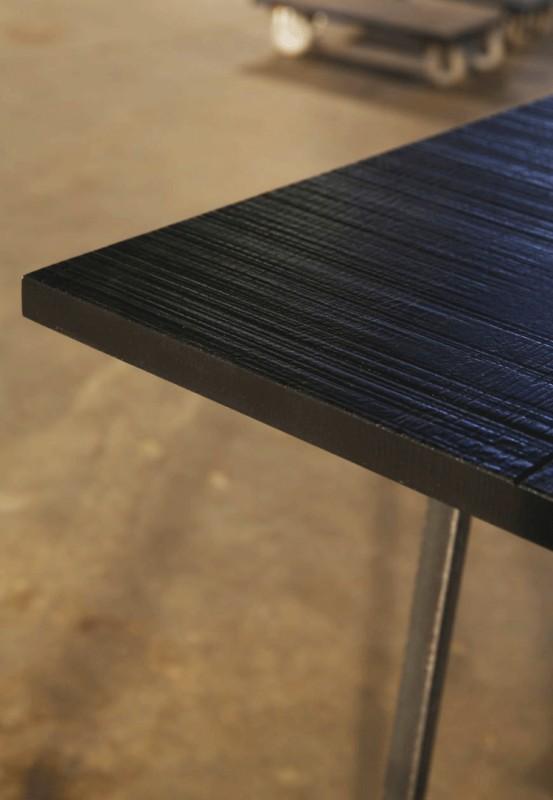 la table w est r alis e en m tal bross pour la structure et son plateau en ch ne massif noir. Black Bedroom Furniture Sets. Home Design Ideas