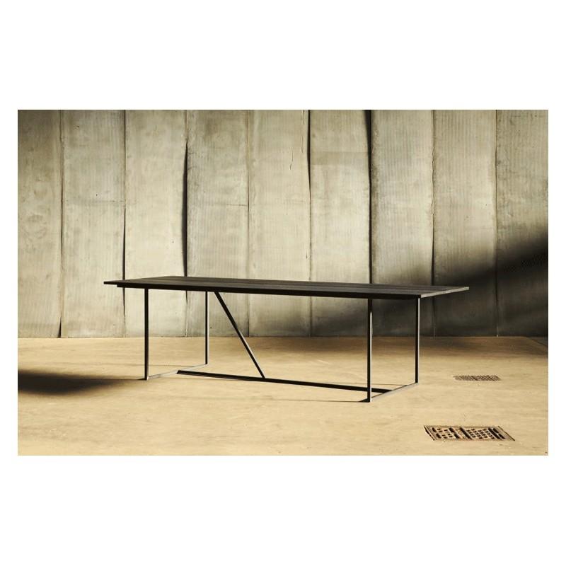 la table w est r alis e en m tal noir bross pour la structure et son superbe plateau en ch ne. Black Bedroom Furniture Sets. Home Design Ideas