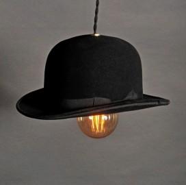 une suspension insolite et originale qui d tourne le chapeau melon v ritable symbole du. Black Bedroom Furniture Sets. Home Design Ideas