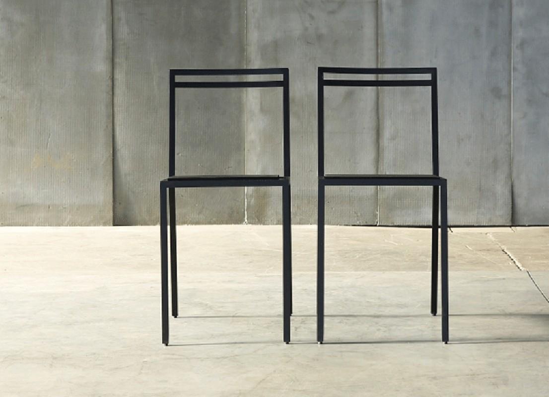 la chaise malevitch m tallique une chaise au design d 39 une puret incroyable r alis en m tal et. Black Bedroom Furniture Sets. Home Design Ideas