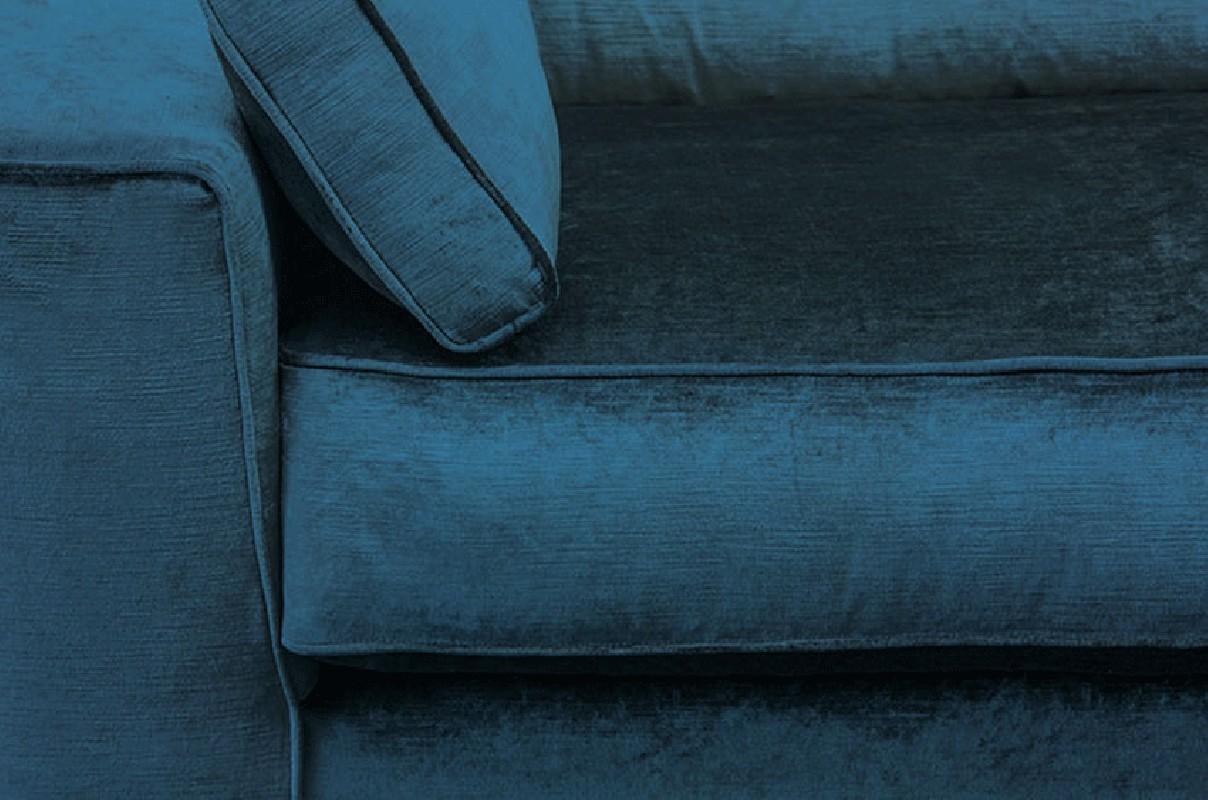 Canapé Cosmo en velours bleu pétrole recouvert à la main en ...