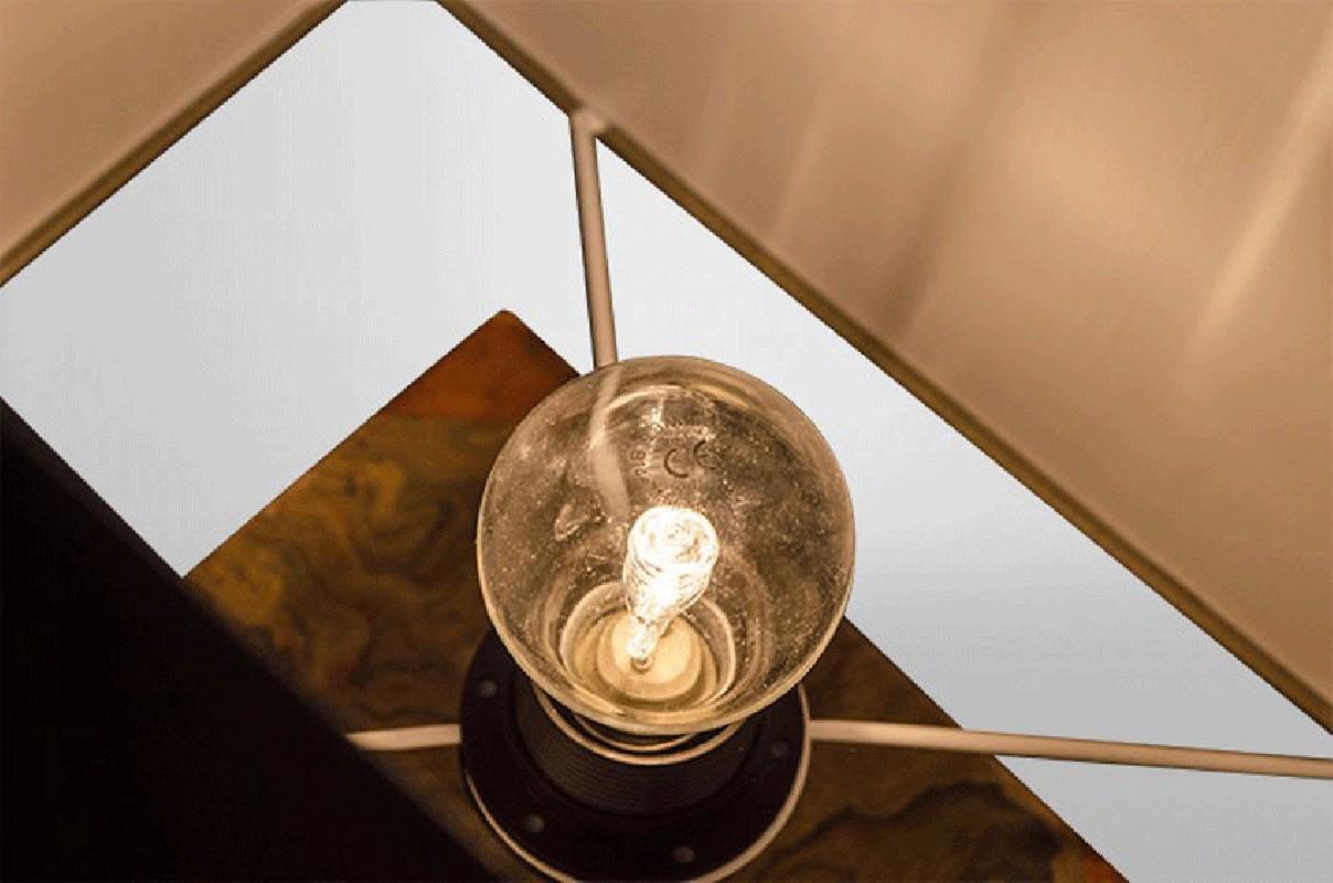 lampe artisanale r alis e avec de vieux livres enti rement fait main. Black Bedroom Furniture Sets. Home Design Ideas