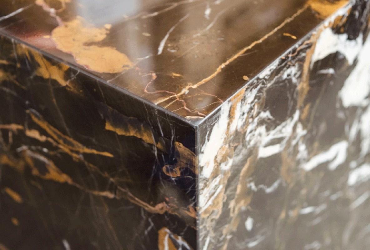 gu ridon en marbre noir et marron reposant sur un socle en m tal inoxydable rev tement poudre. Black Bedroom Furniture Sets. Home Design Ideas