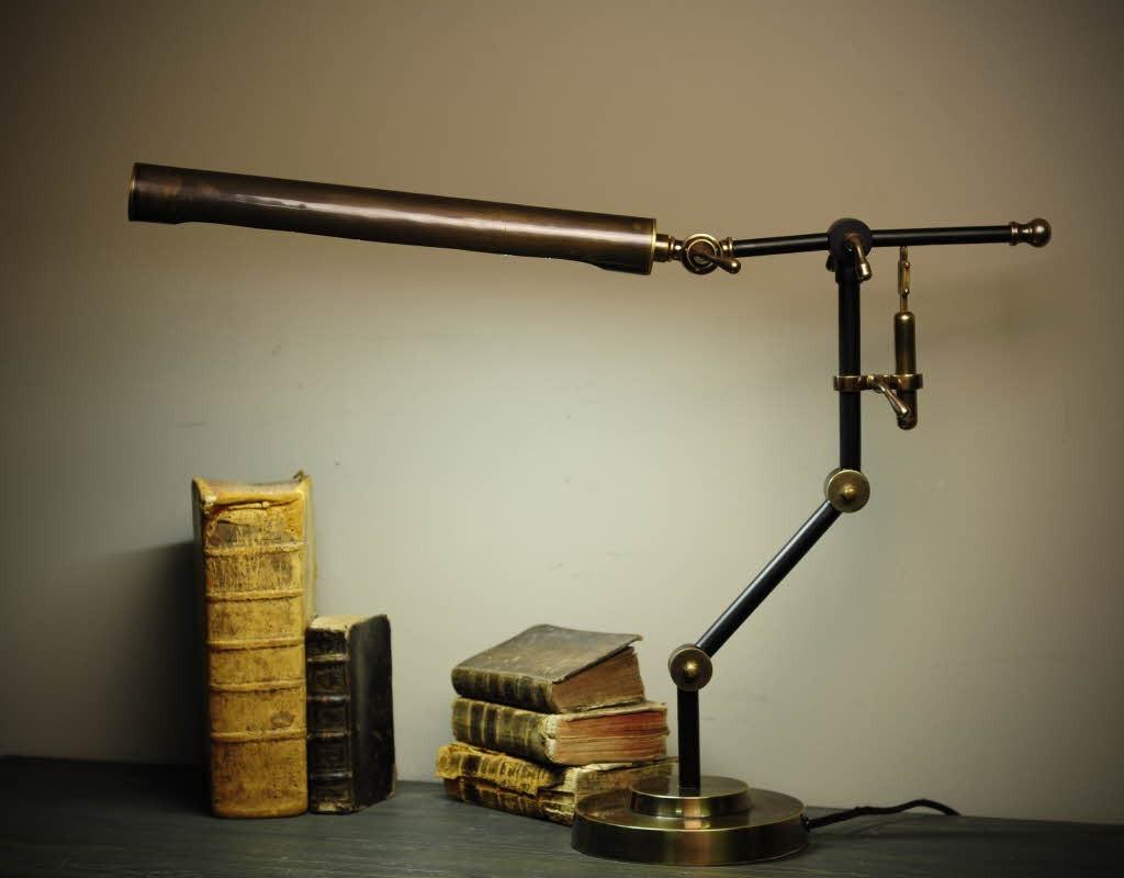 lampe de bureau avec son clairage au n on est dans un pur. Black Bedroom Furniture Sets. Home Design Ideas
