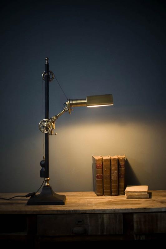 la lampe locomotive de bureau avec son style steampunk. Black Bedroom Furniture Sets. Home Design Ideas