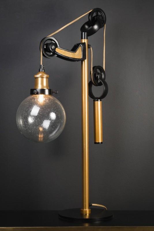 lampe de bureau contrepoids laiton et noir faite de mati res pures fer laiton et verre. Black Bedroom Furniture Sets. Home Design Ideas