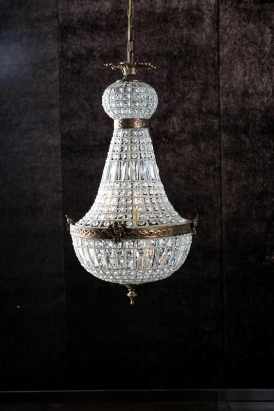 un magnifique lustre montgolfi re tincelant taill pour refl ter la lumi re l 39 infini. Black Bedroom Furniture Sets. Home Design Ideas