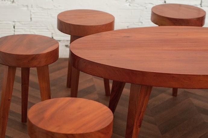 Ensemble table basse et tabourets