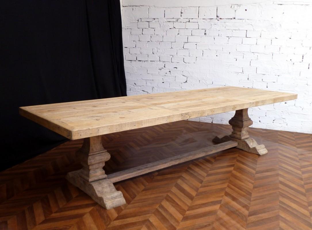 Table de ferme de Monastère en bois brut pour de beaux repas.