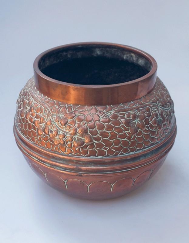 cache pot ancien 1900 1920 cuivre repouss travail. Black Bedroom Furniture Sets. Home Design Ideas