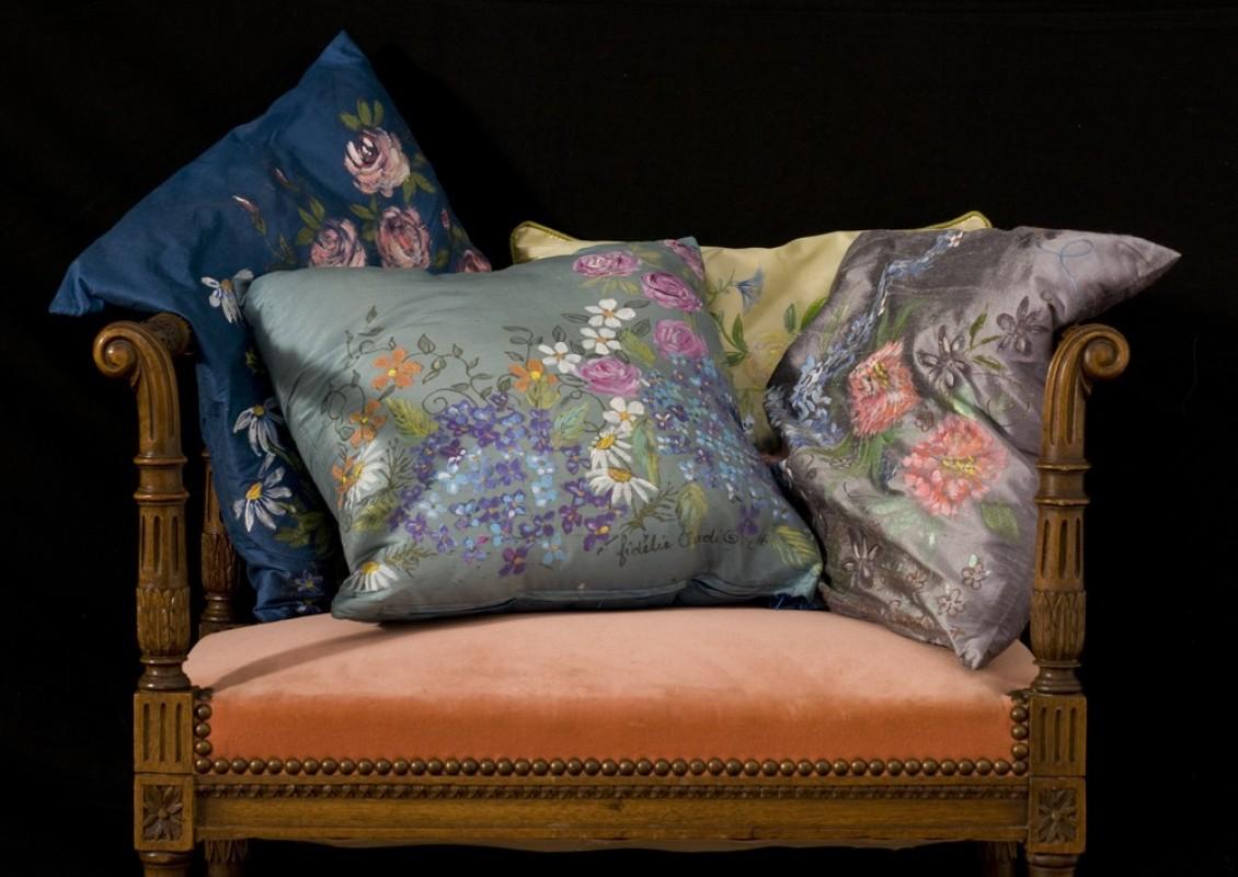 coussin d coratif peint la main sur soie objet de decoration unique ancien et vintage. Black Bedroom Furniture Sets. Home Design Ideas