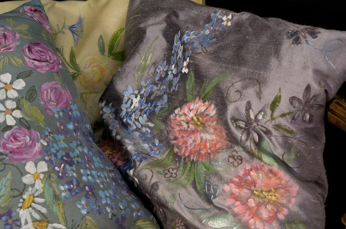 coussin d coratif en soie sauvage peint la main objet. Black Bedroom Furniture Sets. Home Design Ideas