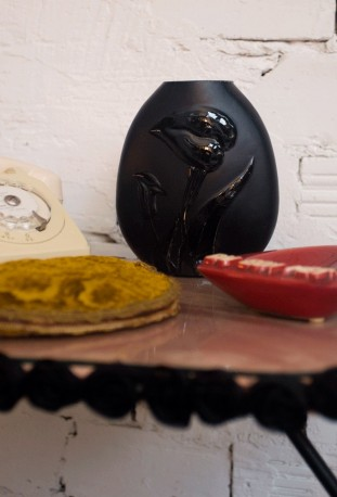"Vase noir motifs ""Arômes"", style rétro"