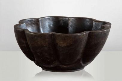 Coupe sculptée en pierre brune