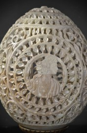 Oeufs avec camées en pierre sculptée